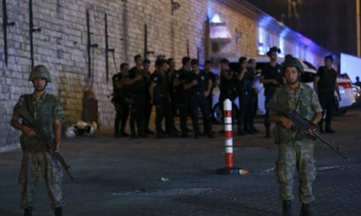 """Turcia este guvernată în prezent de un """"consiliu pentru pace"""" care va garanta securitatea cetăţenilor, anunţă armata turcă"""