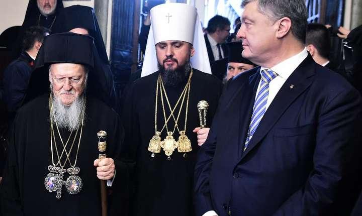 Presedintele Ucrainei, Porosenko, patriarhul Bartolomeu întâi si mitropolitul Epifaniy al Bisericii ortodoxe din Ucraina, la ceremonia de semnare a decretului de autocefalie, la Istanbul pe 5 ianuarie