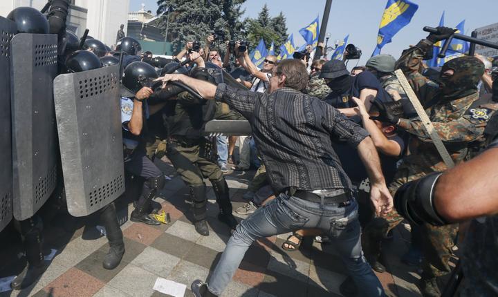 Un poliţist a murit în confruntările cu manifestanţii