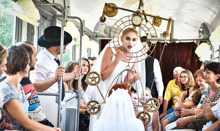 """""""Un tramvai numit Popescu"""", spectacol de mare succes în regia lui Gavriil Pinte, reluat an de an la Sibu în tramvaiul care duce la Răşinari"""