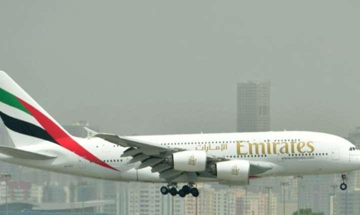 Un Airbus A380 în culorile Emirates aterizeaza pe Aeroportul International din Dubai