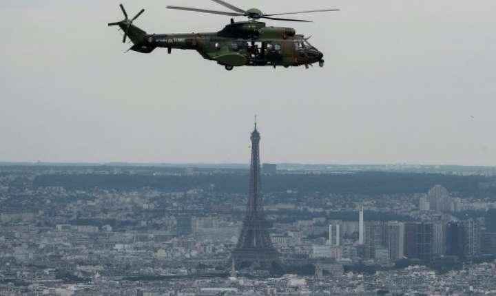 Un aparat francez Eurocopter AS 532 Cougar în timpul unui exercitiu pentru ziua Bastiliei, Paris, 12 iulie 2019.