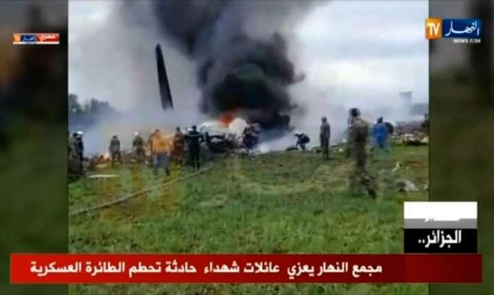 Imagine cu avionul militar prăbuşit în Algeria, cuprins de flăcări (Foto: Marina PASSOS/ENNAHAR TV/AFP)