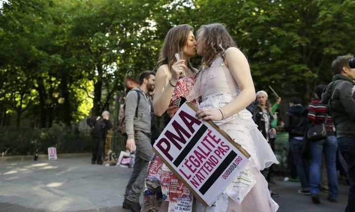 Un cuplu de femei se saruta cu ocazia unei manifestatii de sustinere a PMA - procrearea asistata medical, Paris, aprilie 2013.