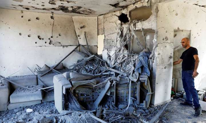 Un locuitor din Ashkelon constata pagubele dupa o noapte de rachete trase de Hamas catre Israel, 13 noiembrie 2018.