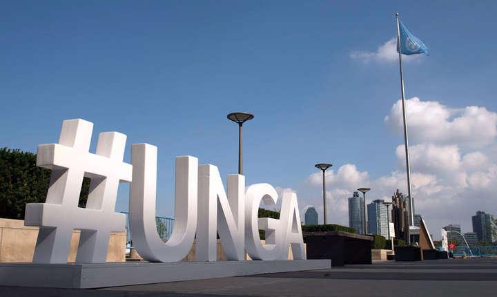 Un panou situat în exteriorul cladirii Adunarii Generale a Natiunilor Unite, New York