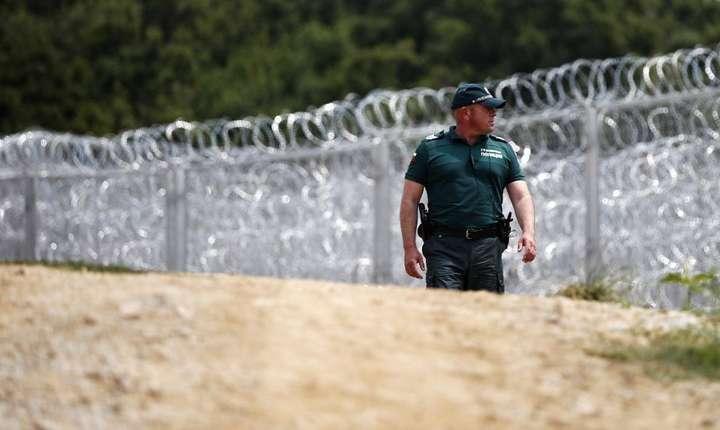 Un politist bulgar patruleaza pe frontiera între Bulgaria si Turcia unde a fost construit un zid din sârma ghimpata împotriva migrantilor, 17 iulie 2014.