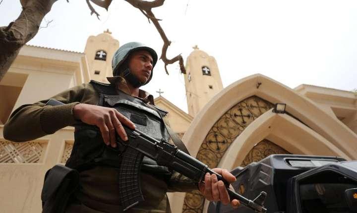 Un politist egiptean pazeste biserica crestina din Tanta atacata de jihadisti in duminica Floriilor