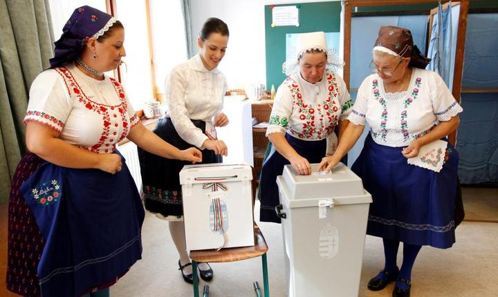 Unguroaice în costume traditionale voteazà la referendumul anti-migranti din 2 octombrie 2016