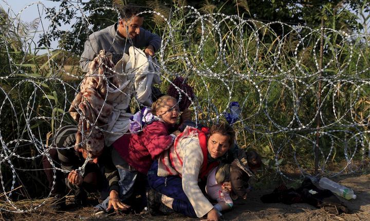 Refugiaţi sirieni intră în Ungaria (Foto: Reuters/Bernadett Szabo)