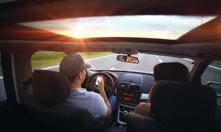 Şase din zece şoferi vorbesc la telefon, fără să folosească handsfree (Sursa foto: pixabay)