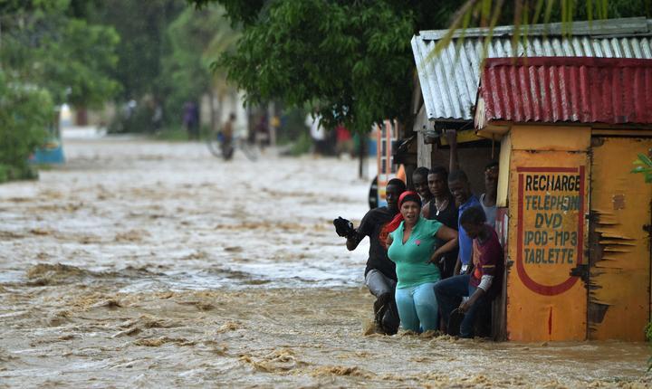 Inundaţii, după trecerea uraganului Matthew prin Haiti (Foto: AFP/Hector Retamal)