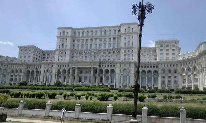 USR vrea îndepărtarea zidului din jurul Palatului Parlamentului (Foto: RFI/Cosmin Ruscior)