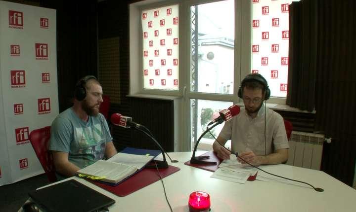 Valentin Sălăgeanu (s), în studioul RFI (Foto: arhivă RFI)