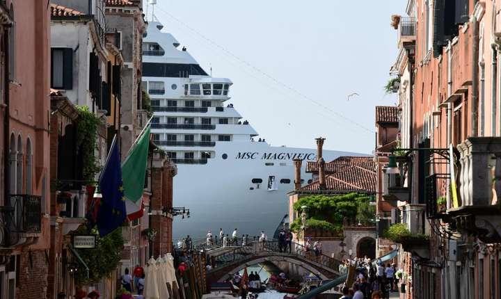 Venetia vrea sa se alature diverselor administratii portuare europene care sunt împotriva imenselor vase de croaziera. ïn aceasta fotografie este vasul de croaziera MSC Magnifica, 9 iunie 2019, Venetia.
