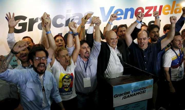 Liderii coalitiei de opozitie din Venezuela îsi serbeazà victoria la legislativele din decembrie 2015