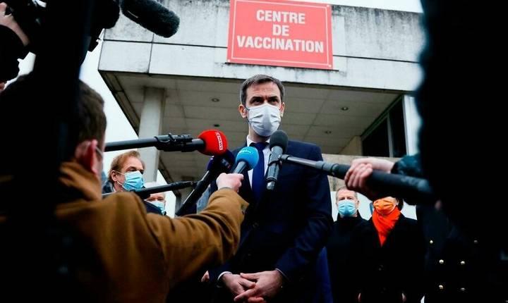 Olivier Véran, ministrul francez al Sànàtàtii, ràspunde presei dupà ce s-a vaccinat anti-Covid. 8 februarie 2021.
