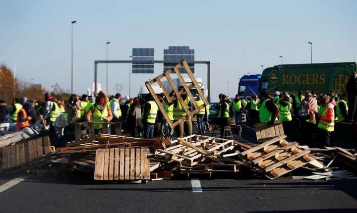 """""""Vestele galbene"""" au blocat sosele la Caen, 18 noiembrie 2018."""