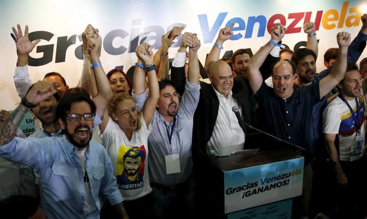 Opoziţia din Venezuela sărbătoreşte victoria în alegeri (Foto: Reuters/Carlos Garcia Rawlins)