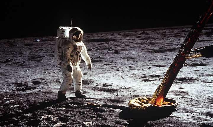 Astronautul Buzz Aldrin merge pe suprafața Lunii, în timpul misiunii Apollo 11 (Sursa foto: site NASA)
