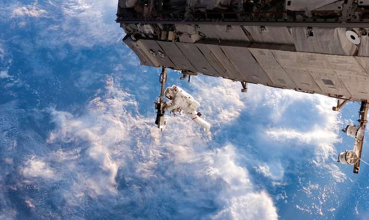 Astronaut, în spaţiu (ilustraţie) (Sursa foto: www.pixabay.com)