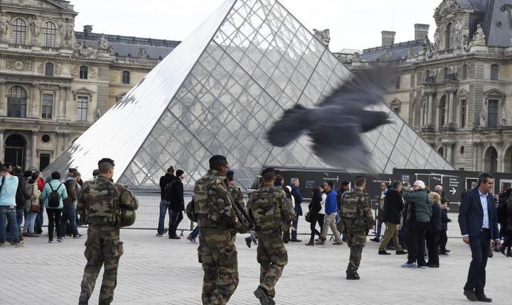 Patrulà Vigipirate în fata muzeului Luvru din Paris dupà atentatele din noiembrie 2015