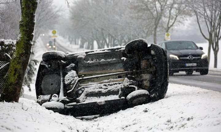 Vremea extremă a provocat accidente rutiere în Germania (Foto: AFP/DPA/Bernd Wüstneck)
