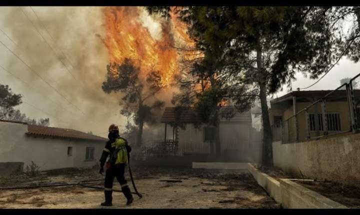 Zeci de oameni au murit în incendiile din Grecia. Guvernul a decretat trei zile de doliu national.