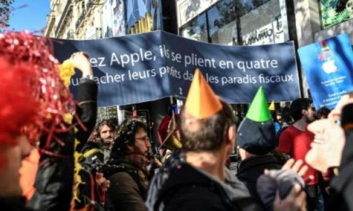 Zeci de oameni s-au adunat pe 18 noiembrie 2018 la Paris, pe Champs Elysées, pentru a protesta împotriva Apple.