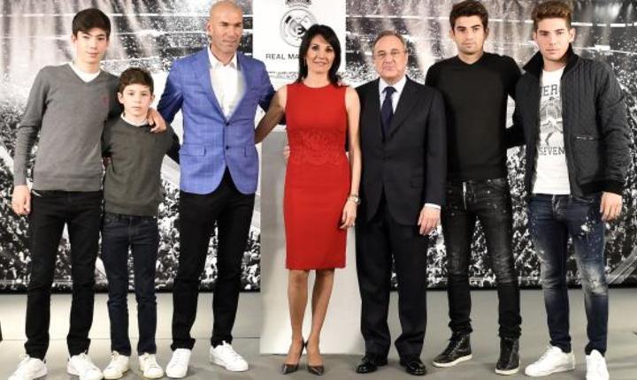 Zinédine Zidane, noul antrenor de la Real Madrid, înconjurat de sotia, cei patru copii ai sài si de presedintele clubului spaniol, Florentino Perez