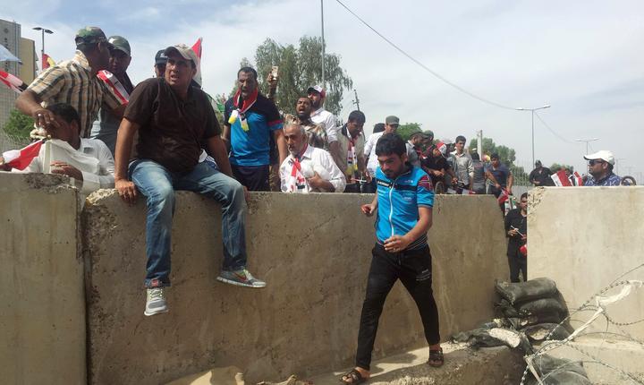 Manifestanţi pătrund în Zona Verde a Bagdadului (Foto: Reuters/Ahmed Saad)