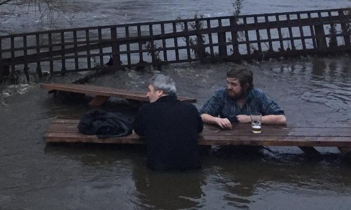 Acești clienți și-au continuat consumația chiar după inundarea pub-ului din Leeds, cel mai mare oraș al comitatului Yorkshire din nord estul Angliei (Foto BBC)