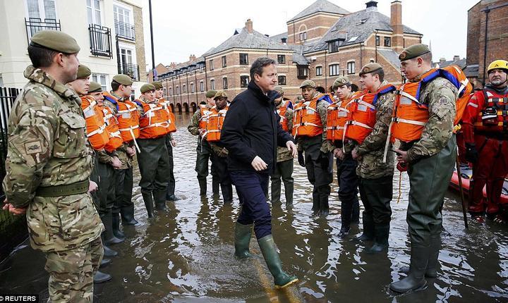 Premierul David Cameron s-a deplasat la York unde a constatat efectele devastatoare ale inundațiilor (Foto REUTERS)