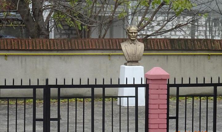Bustul lui Ataturk este una dintre dovezile prezenței Turciei în această regiune unde locuitorii vorbesc din ce în ce mai puțin găgăuza, un dialect al limbii turce