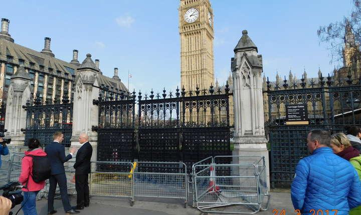 Poarta de intrare a mașinilor, pe care a pătruns miercuri teroristul, este acum închisă