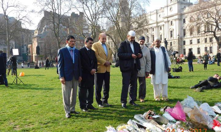 În scuarul din fața parlamentului un grup de lideri ai comunității pakistaneze din Brent, nord vestul Londrei, a depus flori în memoria victimelor