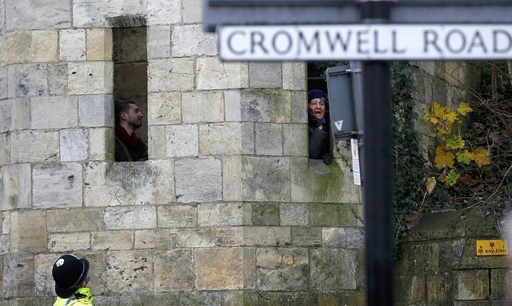O femeie din York strigă la premierul Cameron, nemulțumită de acțiunea guvernului de protejare a populației (Foto REUTERS)