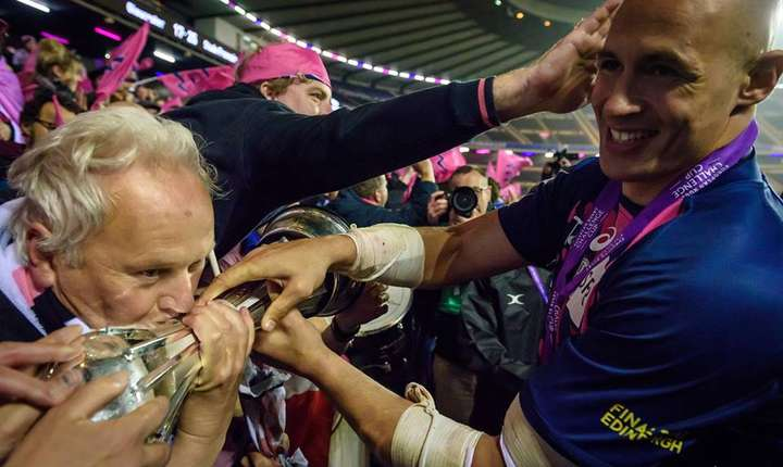 Căpitanul lui Stade Francais, Sergio Parisse, arată trofeul suporterilor francezi