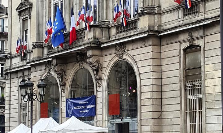 Ceremonia din fata primàriei arondismentului 11 a Parisului în memoria victimelor din 13 noiembrie 2015