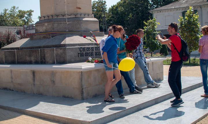 Tinerii isi fac selfie-uri si fotografii de grup la statuia lui Vasile Lupu