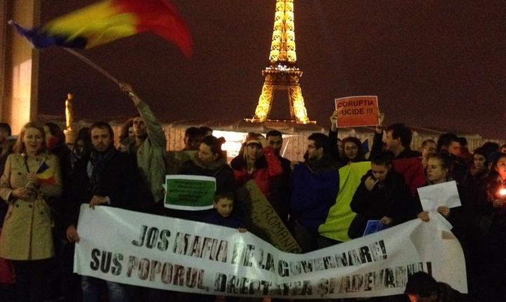 Pancarte si steaguri tricolore în mânile manifestantilor români din Paris