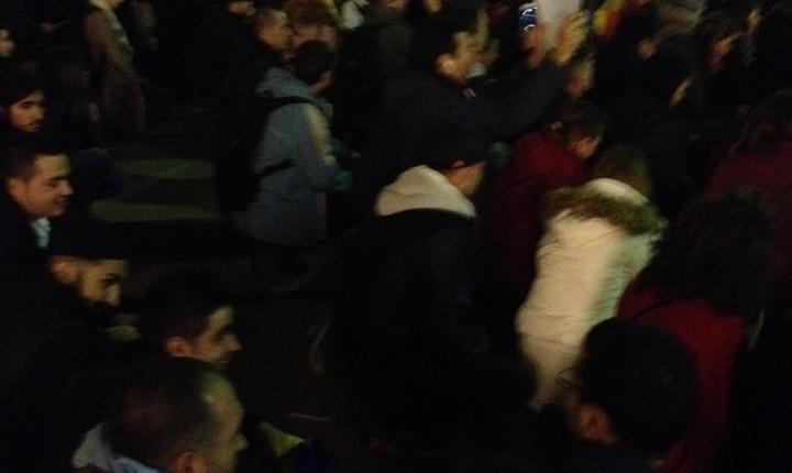 Rugàciunea manifestantilor de la Paris în memoria mortilor din clubul Colectiv
