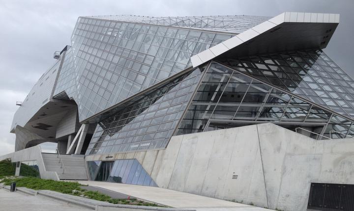 Muzeul Confluentelor din Lyon; arhitecturà deconstructivistà semnatà de cabinetul austriac Coop Himmelb(l)au