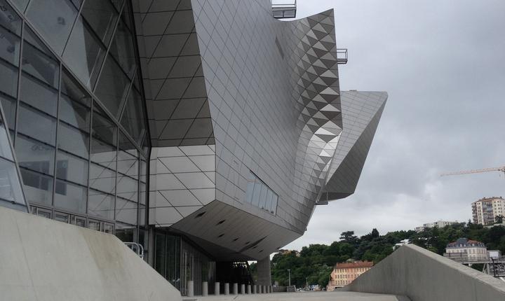Fatada muzeului dinspre râul Saône