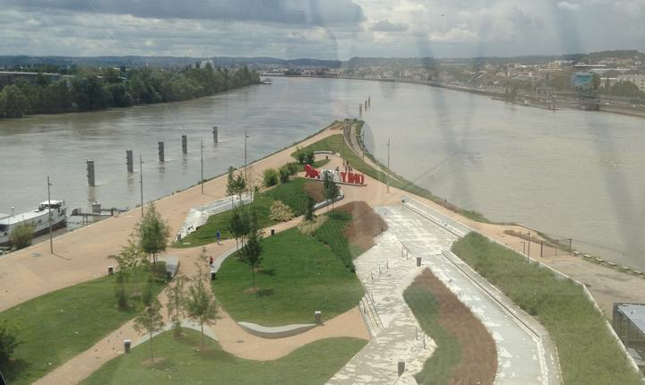 Vedere de la etaj si din interiorul Muzeul Confluentelor spre punctul de întâlnire al râurilor Rhône si Saône