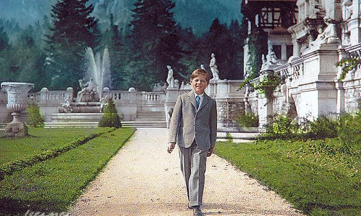 A.S.R Principele Mihai in curtea Palatului Peles