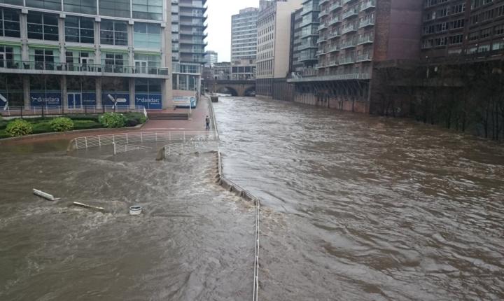 Chiar și centrul orașului Manchester - cu o populație de 500000 - a fost inundat, după retragerea apelor aici a rămas o plajă de nisip (Foto Twitter)