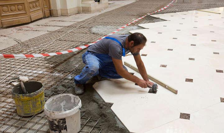 Montarea pardoselii de marmură în holul Europa Christiana