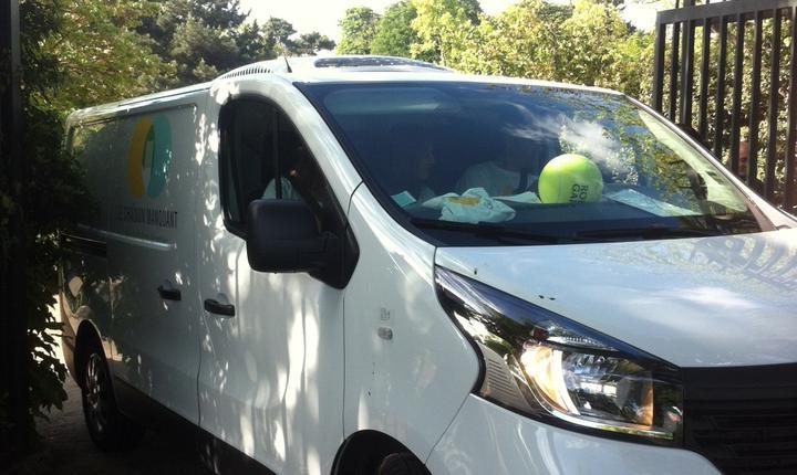 Echipa asociatiei Le chaînon manquant pleacà de la Roland Garros spre Paris ca sà distribuie la sàraci mâncarea recuperatà