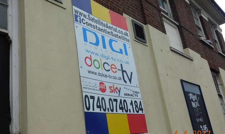 Nu lipsesc nici reclamele pentru instalarea de antene de satelit, ca aici în Edgware